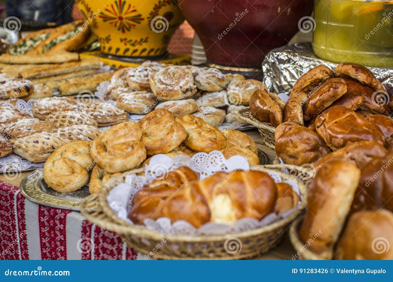 Matbakgrund, gata ställer ut med olika traditionella ukrainska rullar och pajer