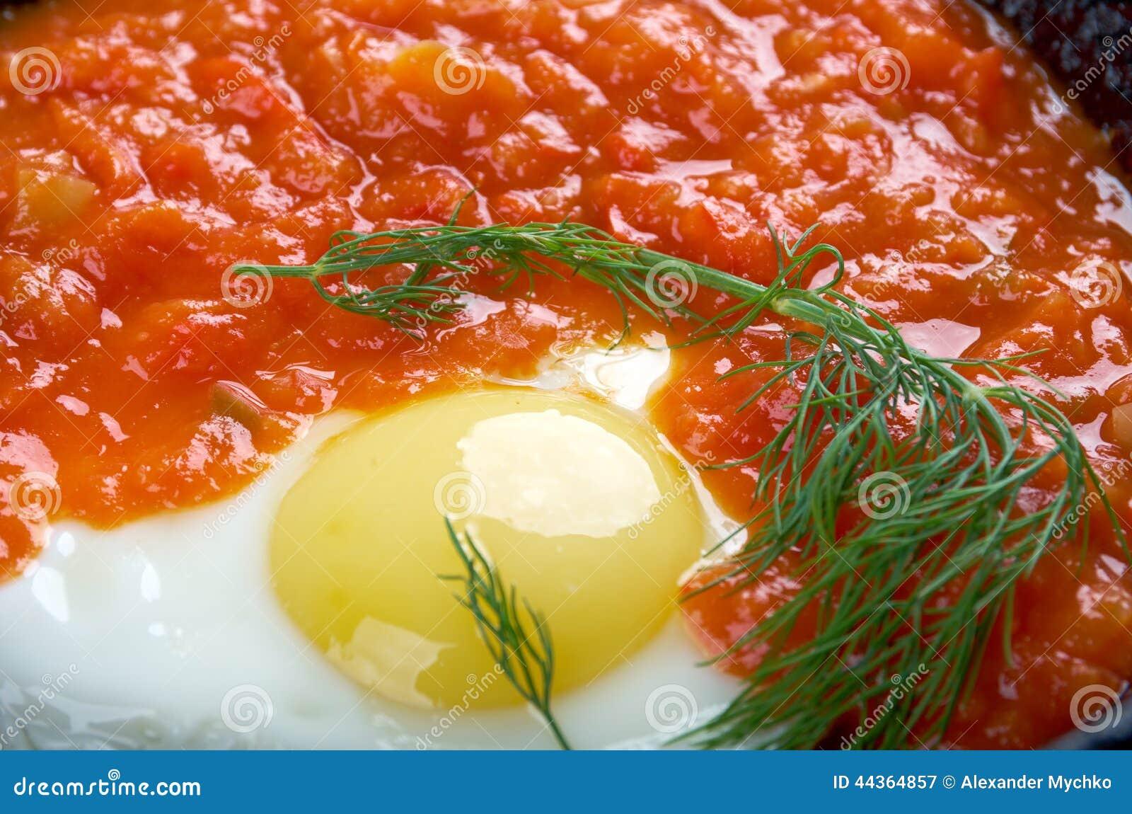 Matbucha ed uova rimescolate
