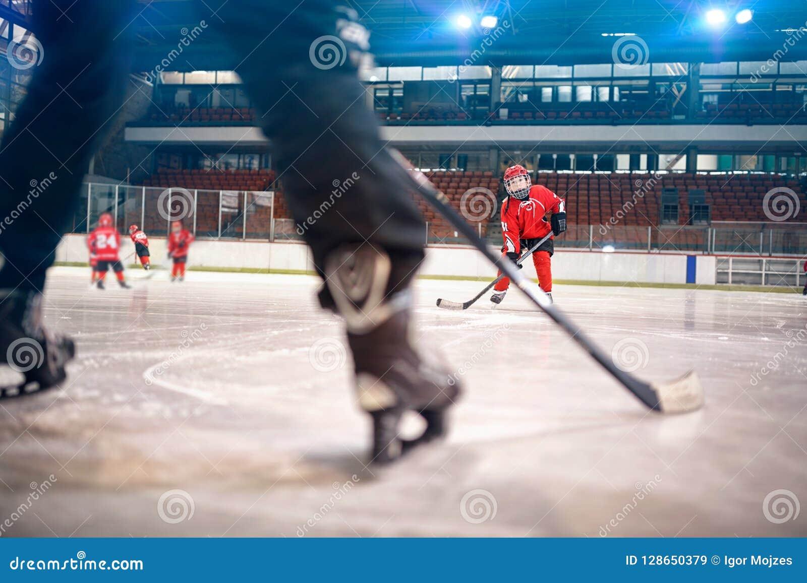 Match d hockey au joueur de garçon de piste dans l action