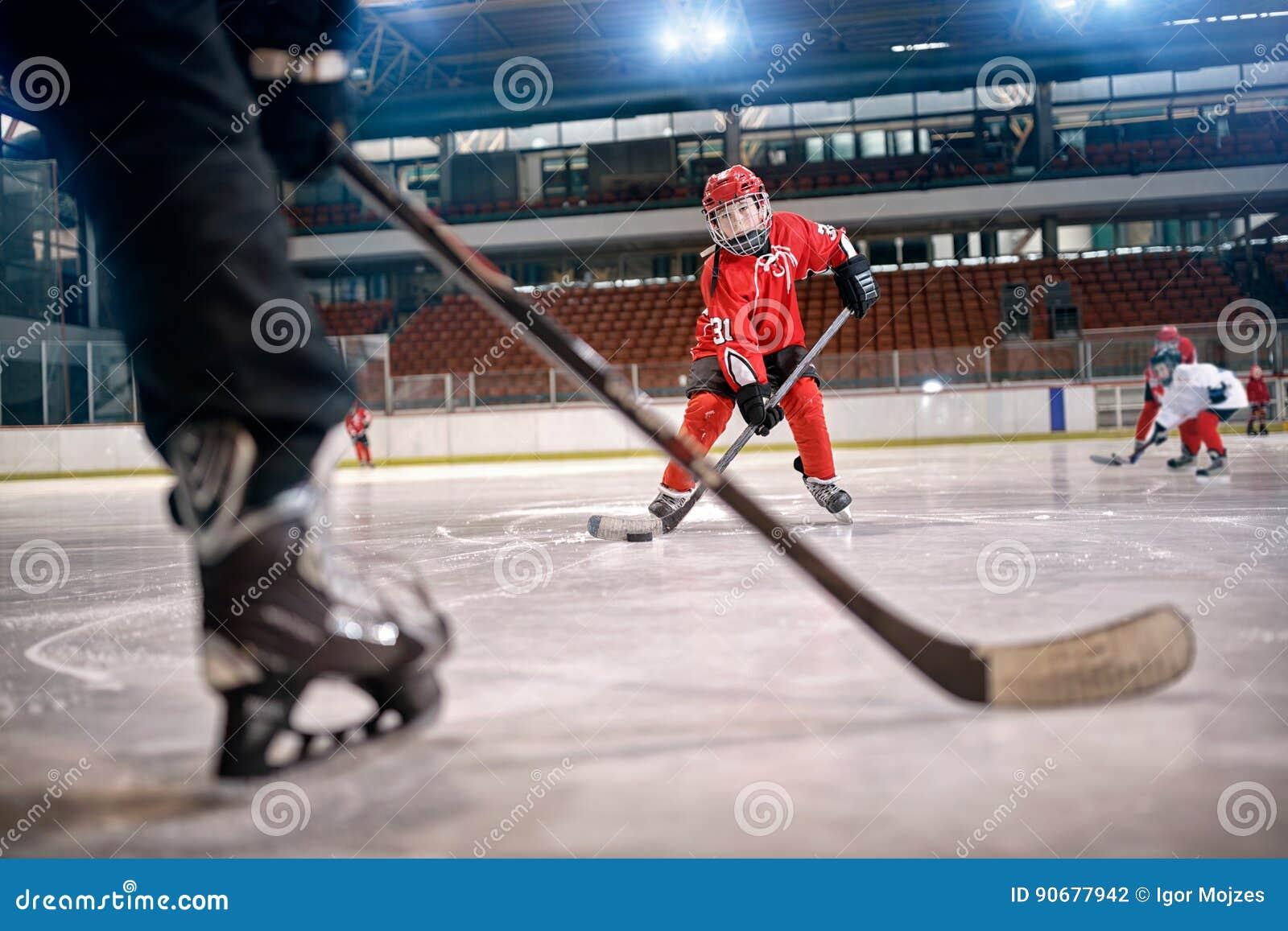 Match d hockey au joueur de piste dans l action