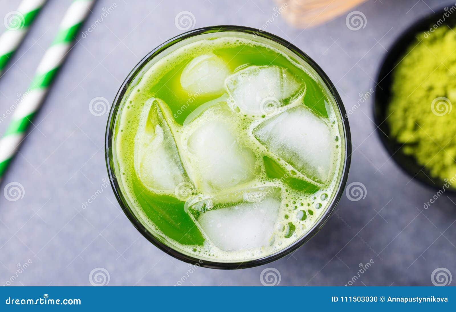 Matcha, de groene thee van het theeijs in lang glas Grijze steenachtergrond Sluit omhoog