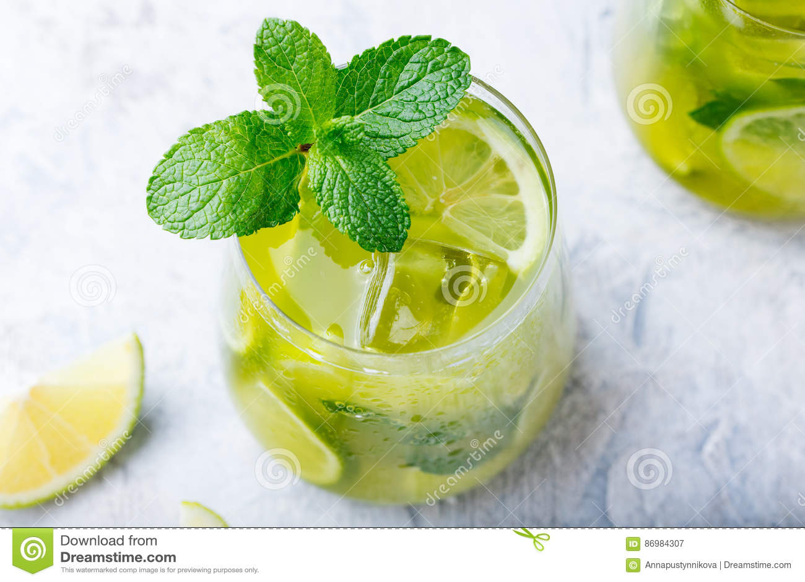 Matcha med is grönt te med limefrukt och den nya mintkaramellen på en marmorbakgrund Top beskådar