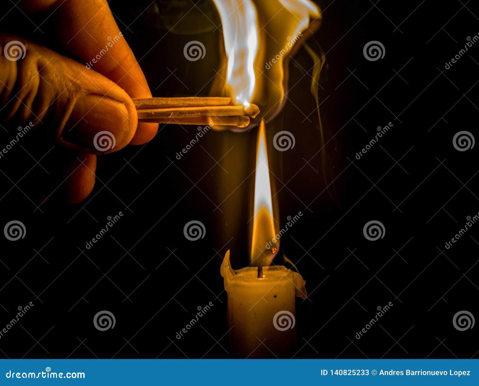 Matchs brûlant pour allumer une bougie