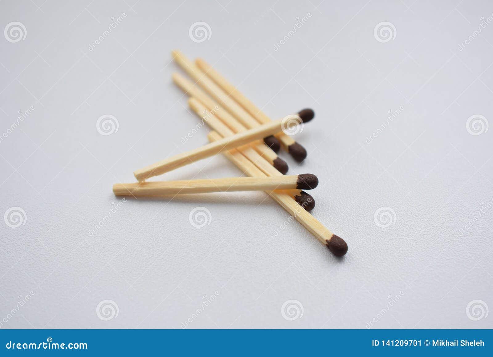 Matchs dispersés sur un fond blanc