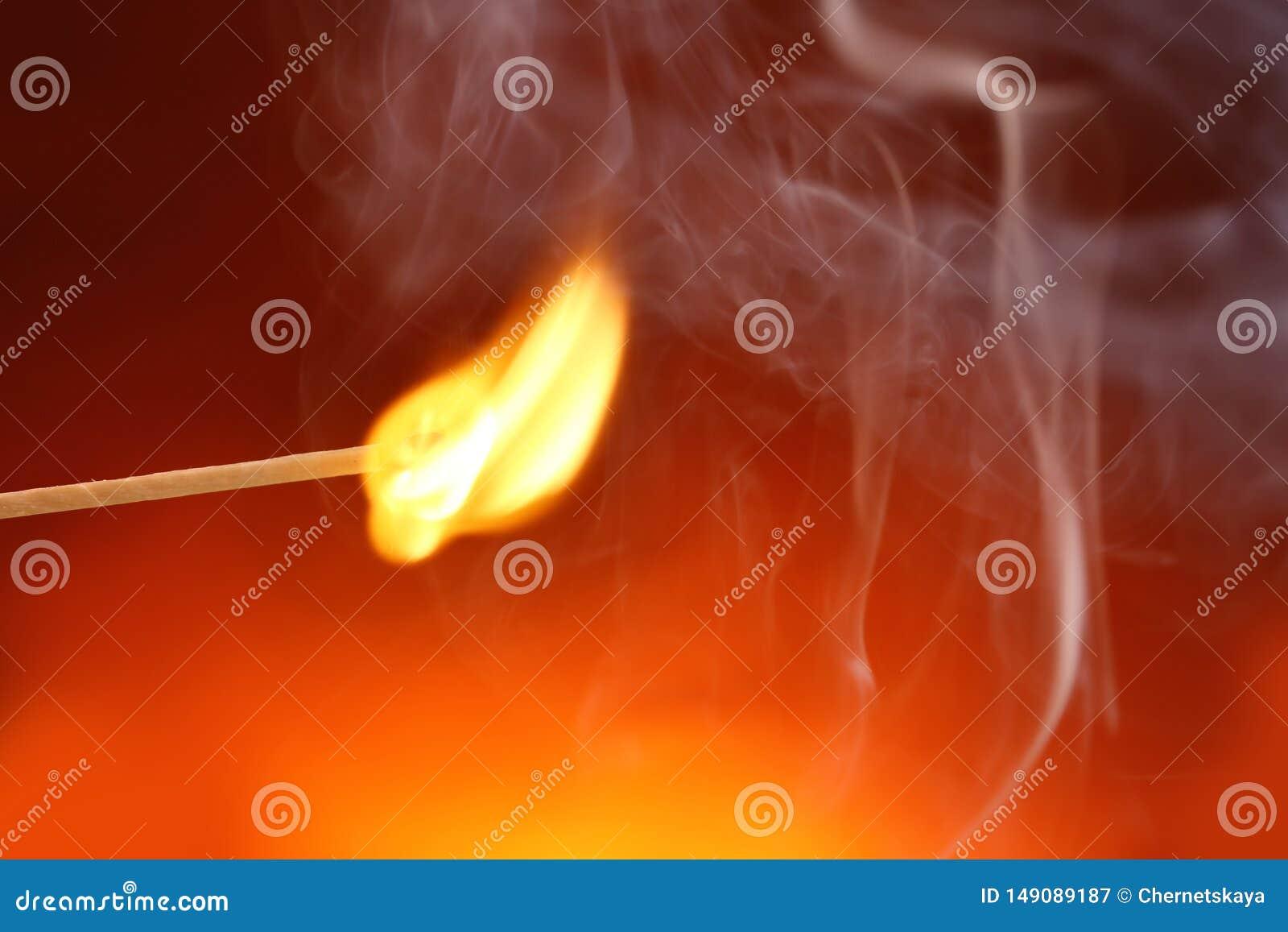 Matchstick de queimadura no fundo da cor Espa?o para o texto