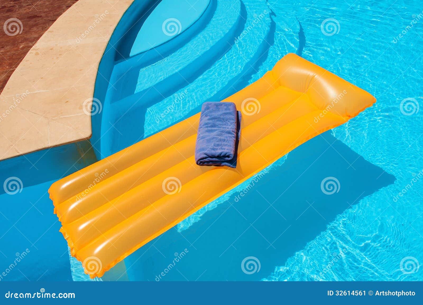 matelas flottant dans la piscine image stock image 32614561. Black Bedroom Furniture Sets. Home Design Ideas