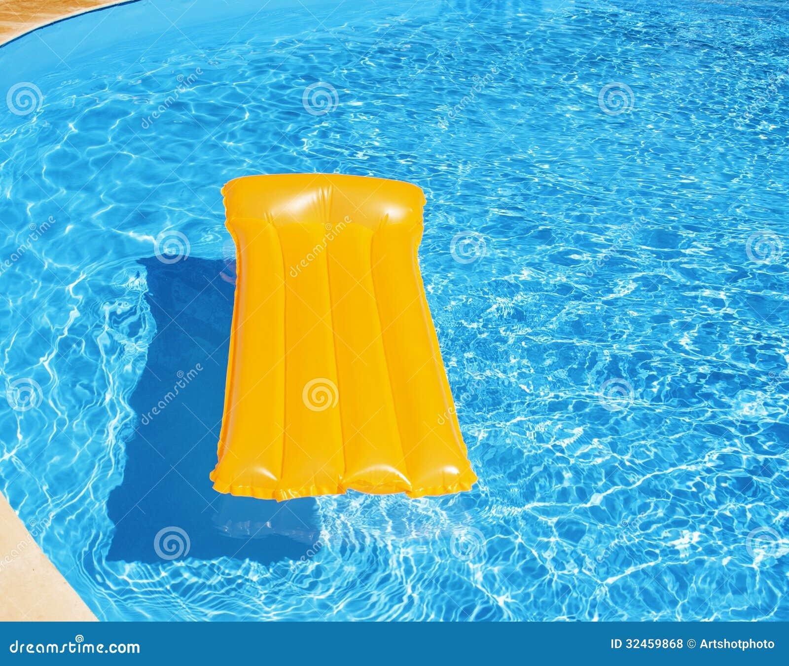 Matelas gonflable flottant dans la piscine photos libres for Animaux gonflable piscine