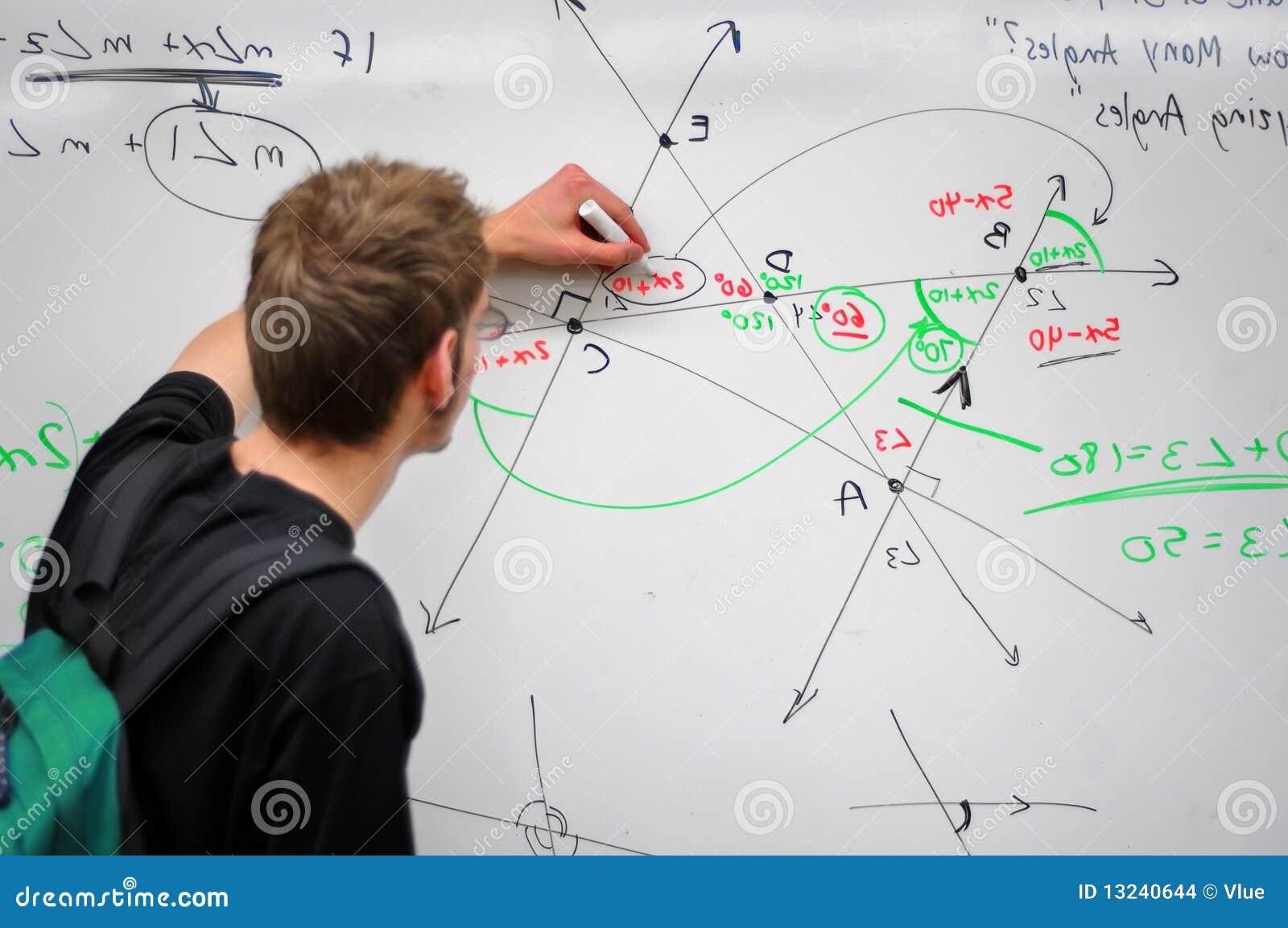 Matemáticas de la escritura del estudiante en whiteboard