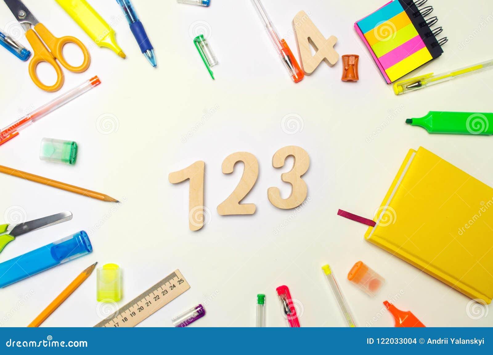 Matemáticas números 1, 2, 3 en el escritorio de la escuela Concepto de educación De nuevo a escuela papel Fondo blanco etiquetas
