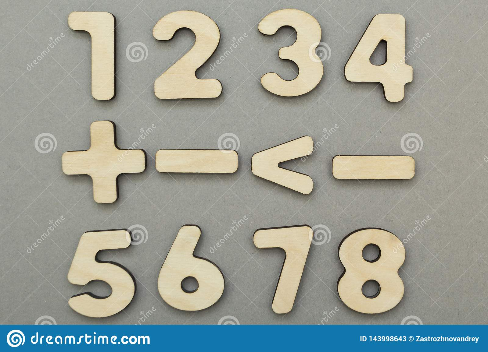 Matematycznie znaki i postacie na szarym tle