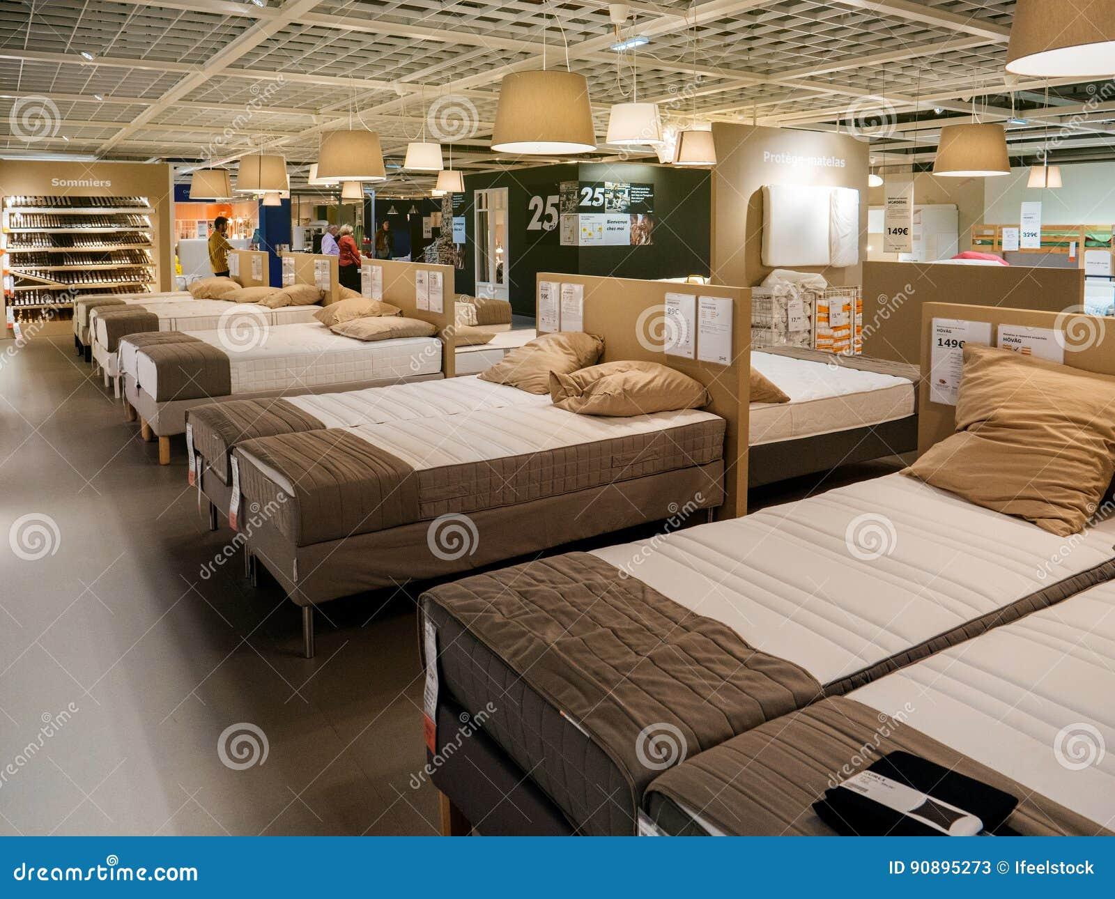 Materac I łóżka Klientów Meblarski Zakup Ikea Zdjęcie Stock