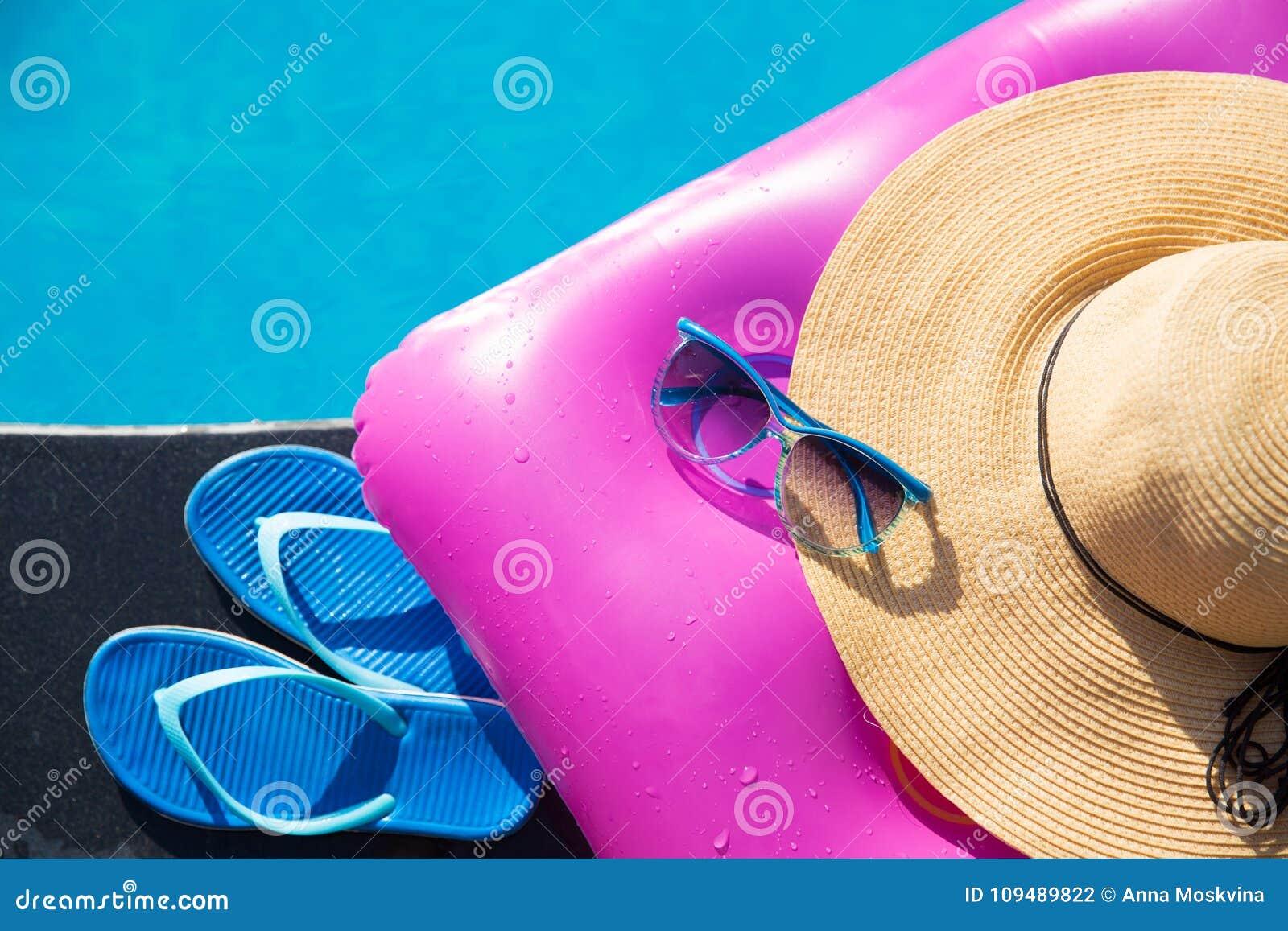 Materasso di aria di rosa del cappello di paglia degli occhiali da sole  delle pantofole 9f4ade0d3a0a
