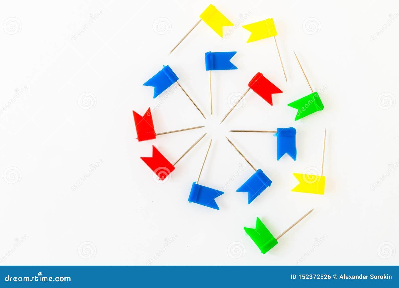 Materiały flagi i papierowe klamerki na białym tle -