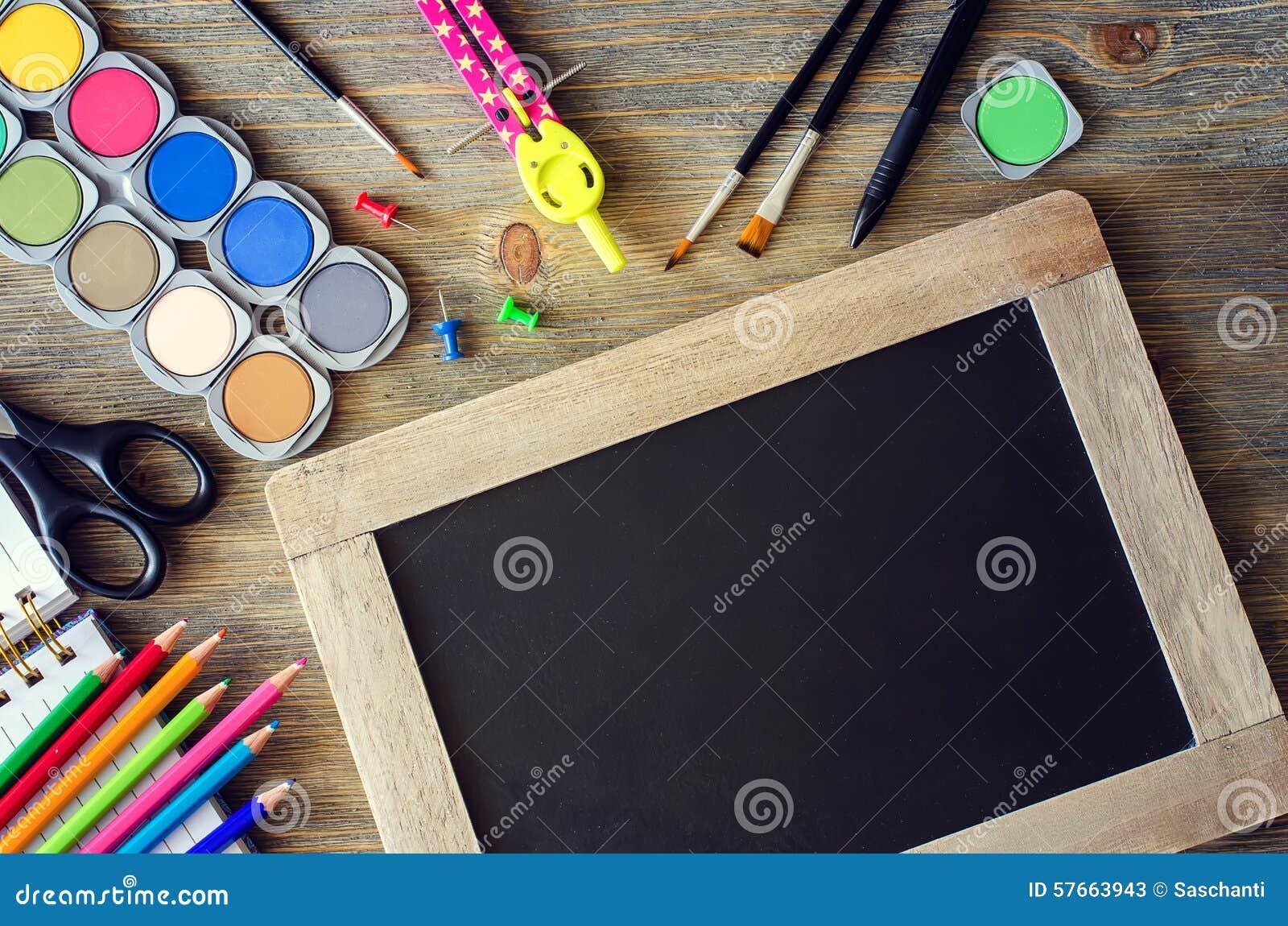 Materiały z kredową deską szkoły pojęcia kopii przestrzeni b, z powrotem