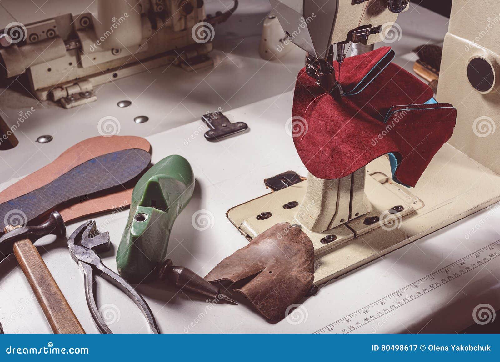 8559869bf84bf8 Het stuk nieuwe schoenen op een naaimachine met sommige hulpmiddelen, sluit  omhoog