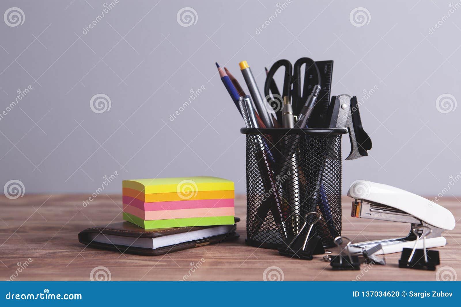 Materiales de oficina en la tabla