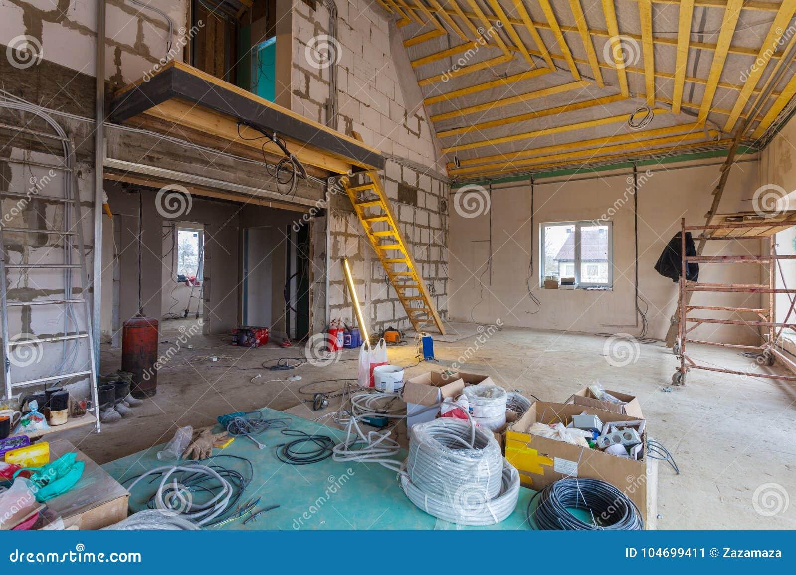 Materiali per le riparazioni e strumenti per il ritocco nella costruzione di casa che è nell ambito del ritocco, il rinnovamento,