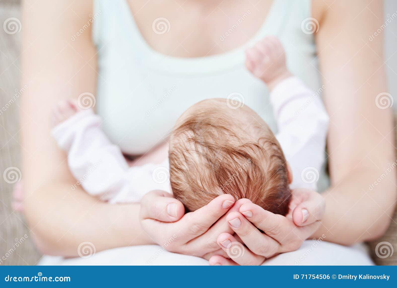 7d6ede54862 Maternidad o concepto de la maternidad mime a las manos con el niño recién  nacido del bebé que duerme en ellas