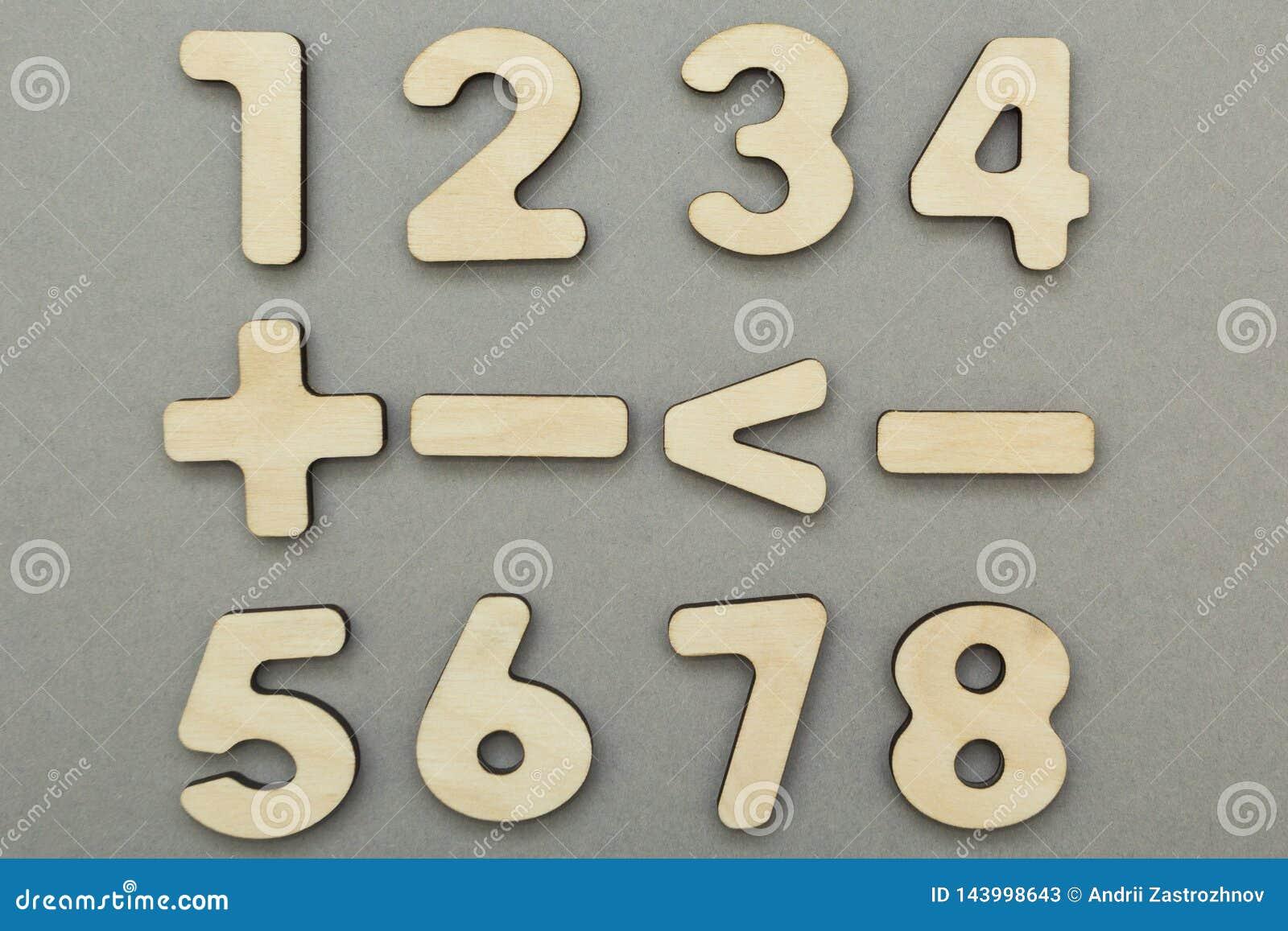 Mathematische Zeichen und Zahlen auf einem grauen Hintergrund