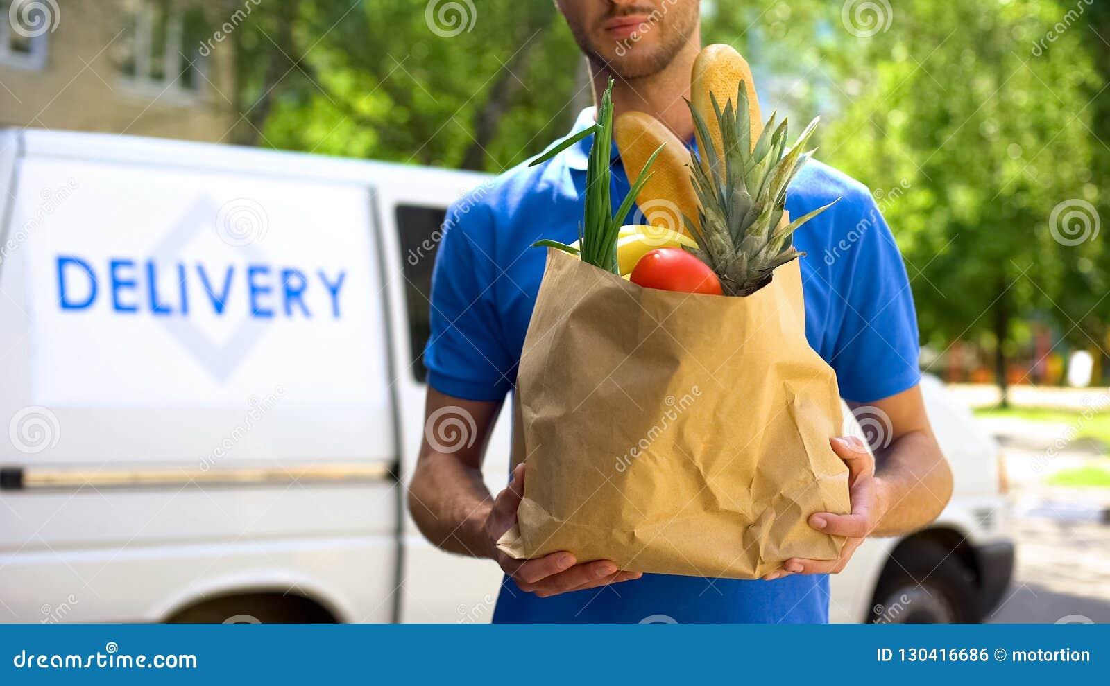 Mathemsändning, manlig påse för arbetarinnehavlivsmedelsbutik, uttrycklig matbeställning