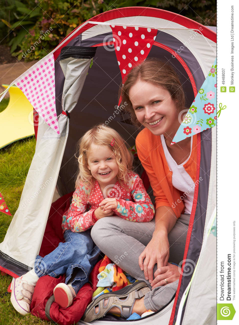 Mather And Daughter Enjoying Camping ferie på campingplats
