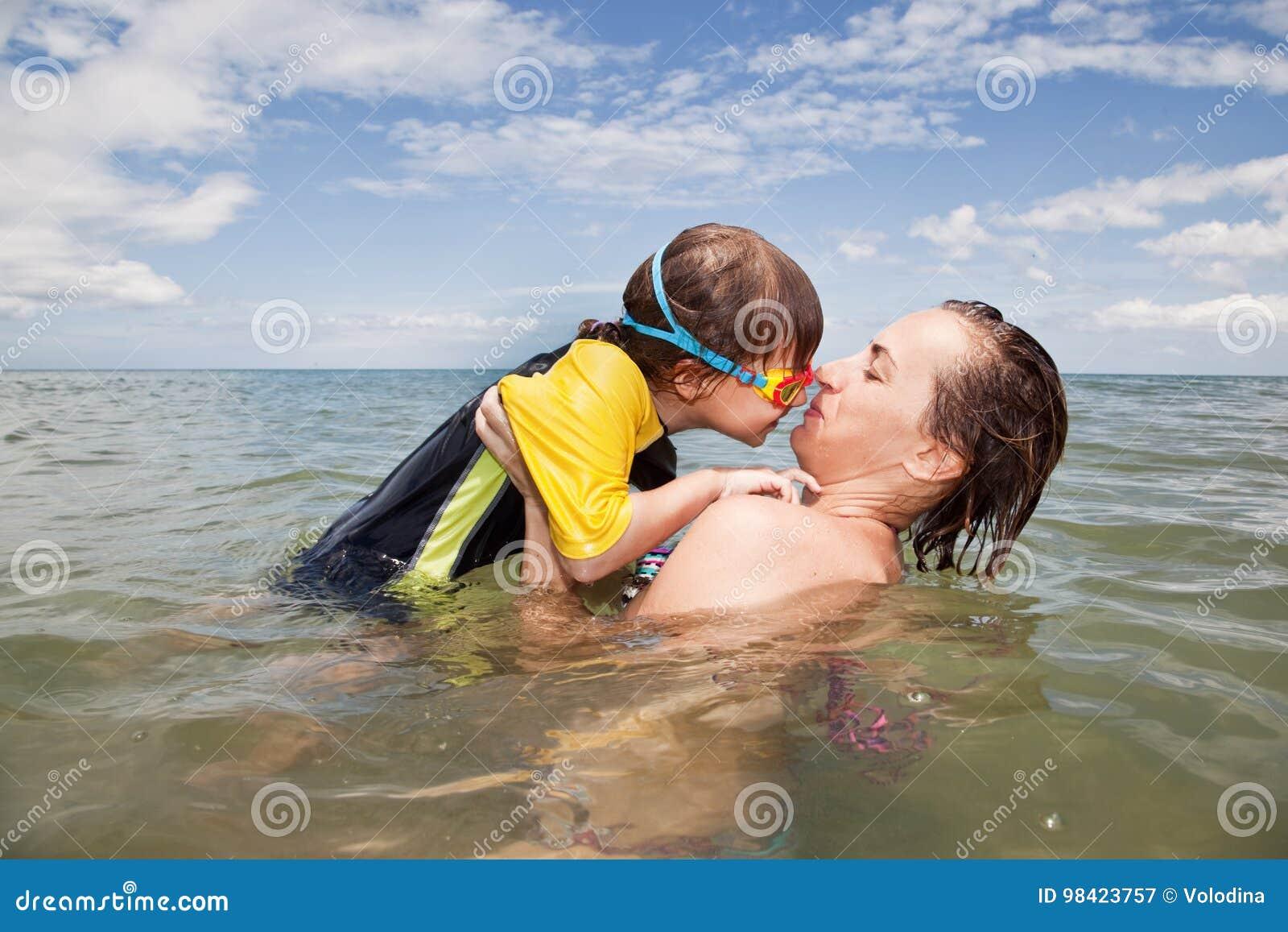 Mather e filha que jogam no mar