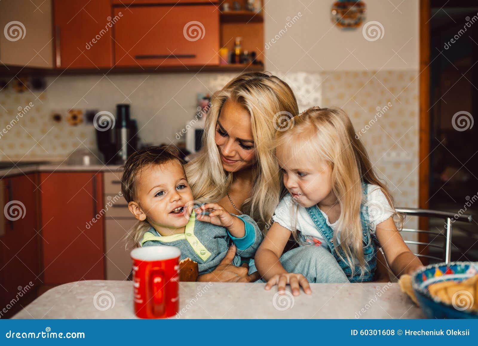 Mather mit kindern stockfoto bild von leben familie for Minimalistisch leben mit kindern