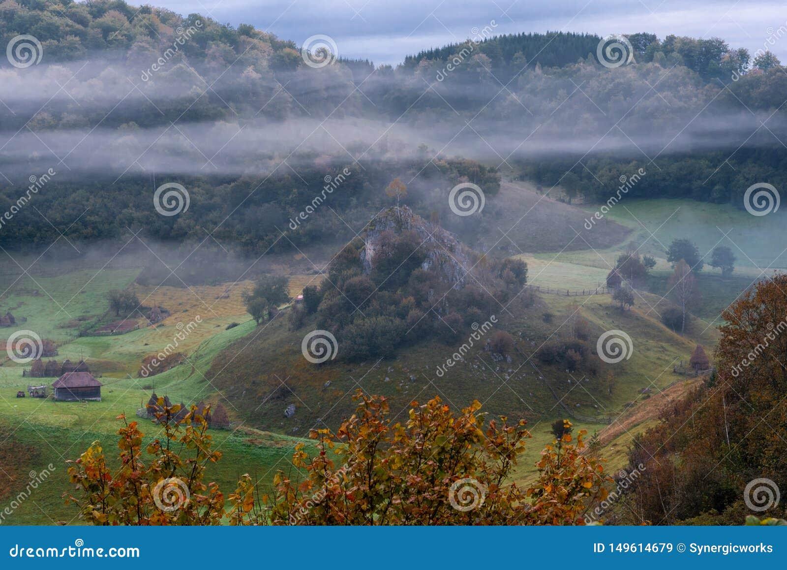 Matin brumeux froid dans le site ?loign? renversant, village de Fundatura Ponorului, Roumanie