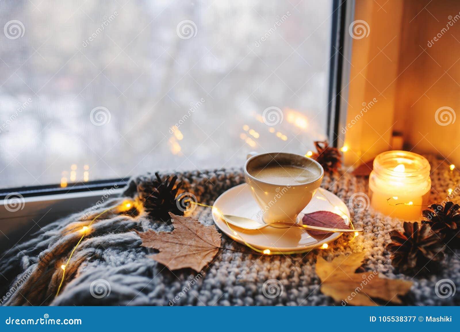 Matin confortable d hiver ou d automne à la maison Café chaud avec la cuillère métallique d or, les lumières chaudes de couvertur