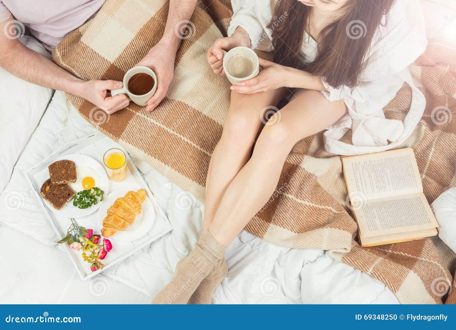 matin d 39 amour de couples photo stock image 69348250. Black Bedroom Furniture Sets. Home Design Ideas