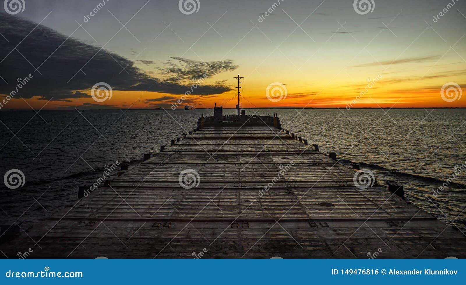 Matin en mer Vue de pont de navigation Commencer du nouveau jour Lumi?res chaudes