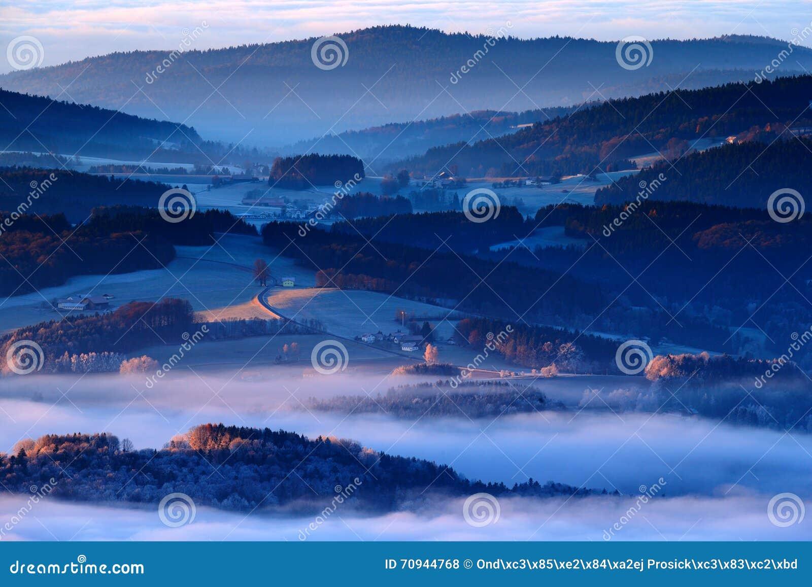 Matin froid en parc national, collines et villages dans le brouillard et givre de Sumava, vue brumeuse sur le paysage tchèque, sc