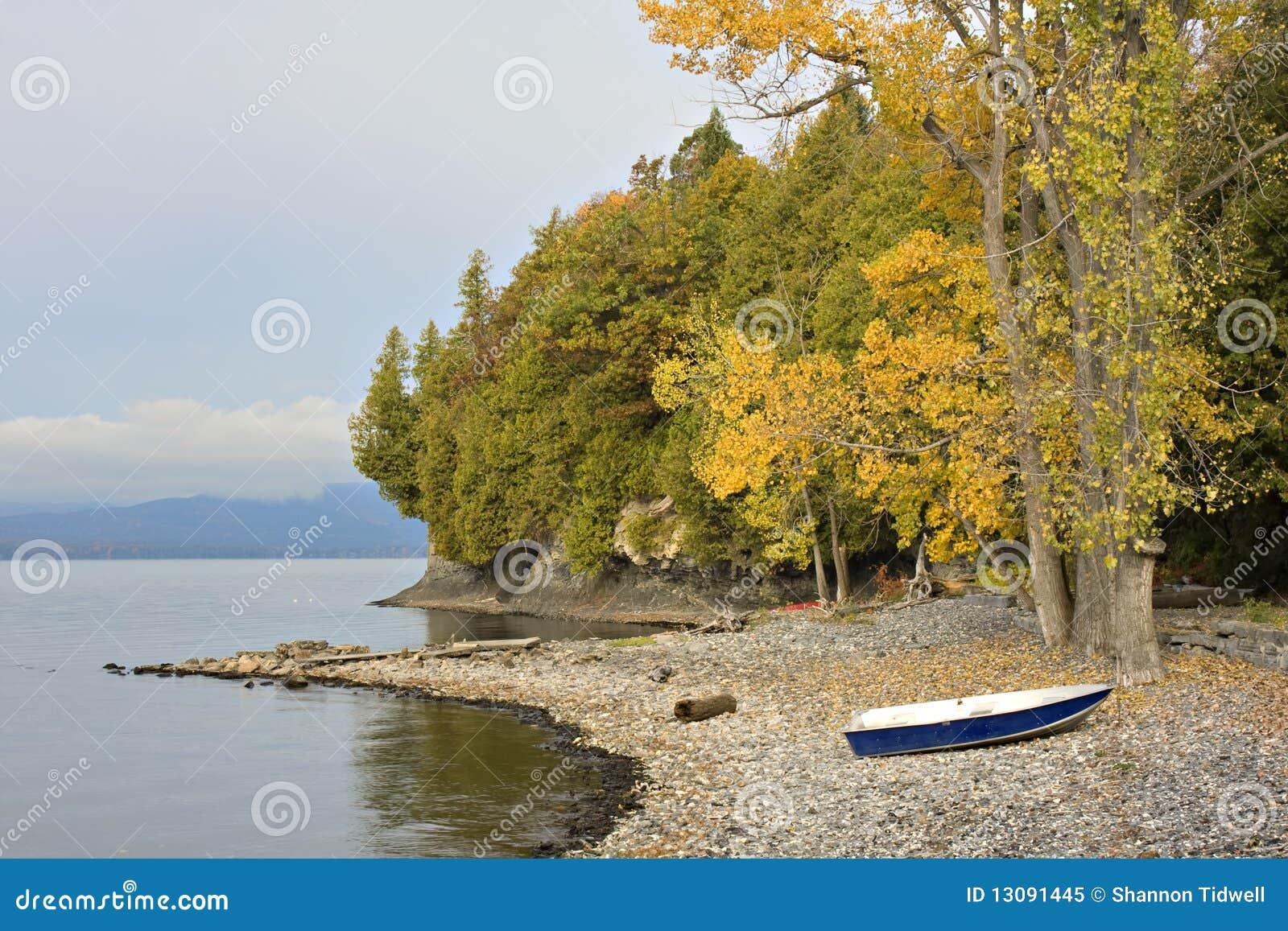 Matin sur le rivage du Vermontn avec des bateaux sur des roches