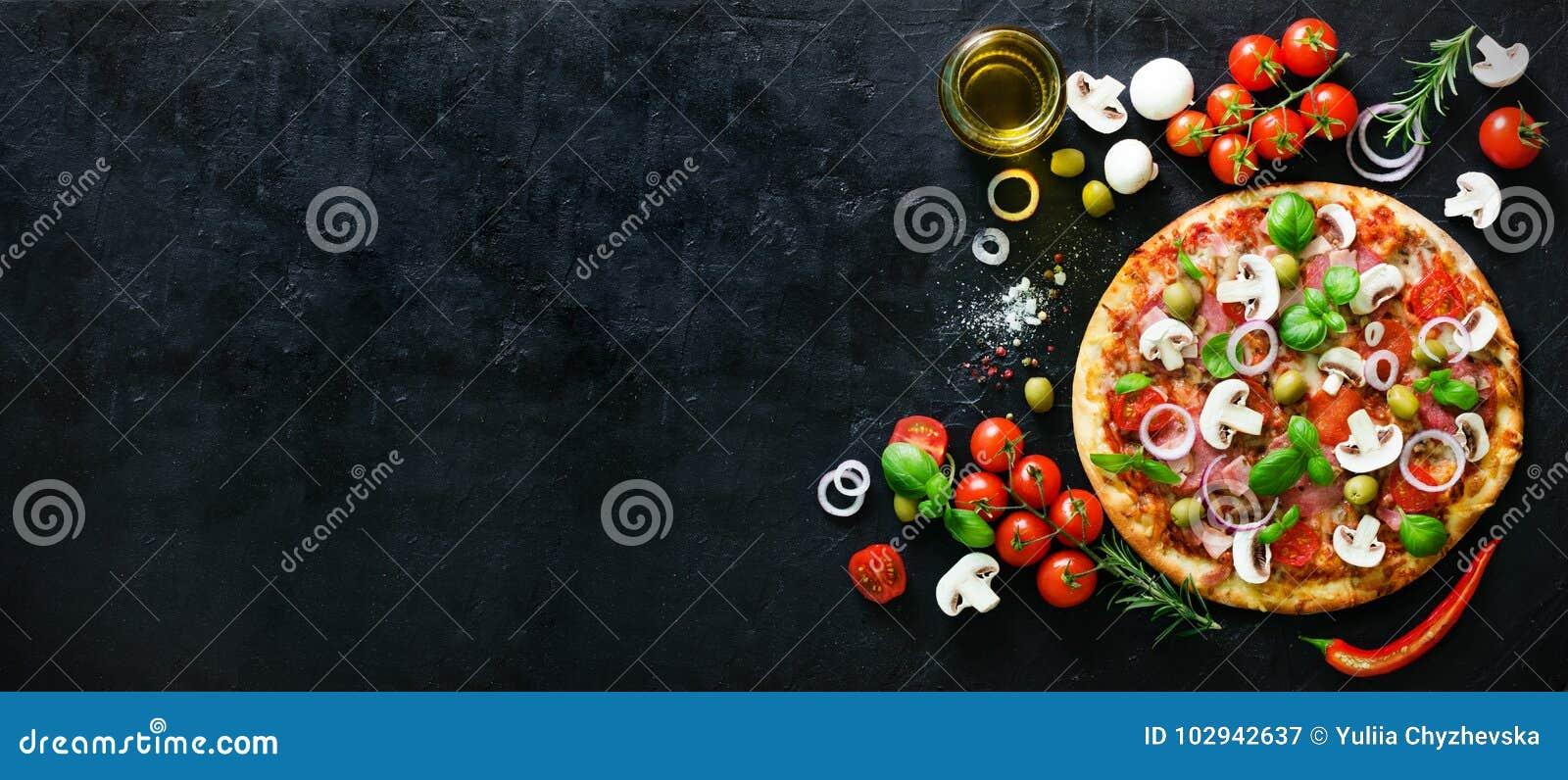 Matingredienser och kryddor för att laga mat champinjoner, tomater, ost, löken, olja, peppar, salt, basilika, oliv och