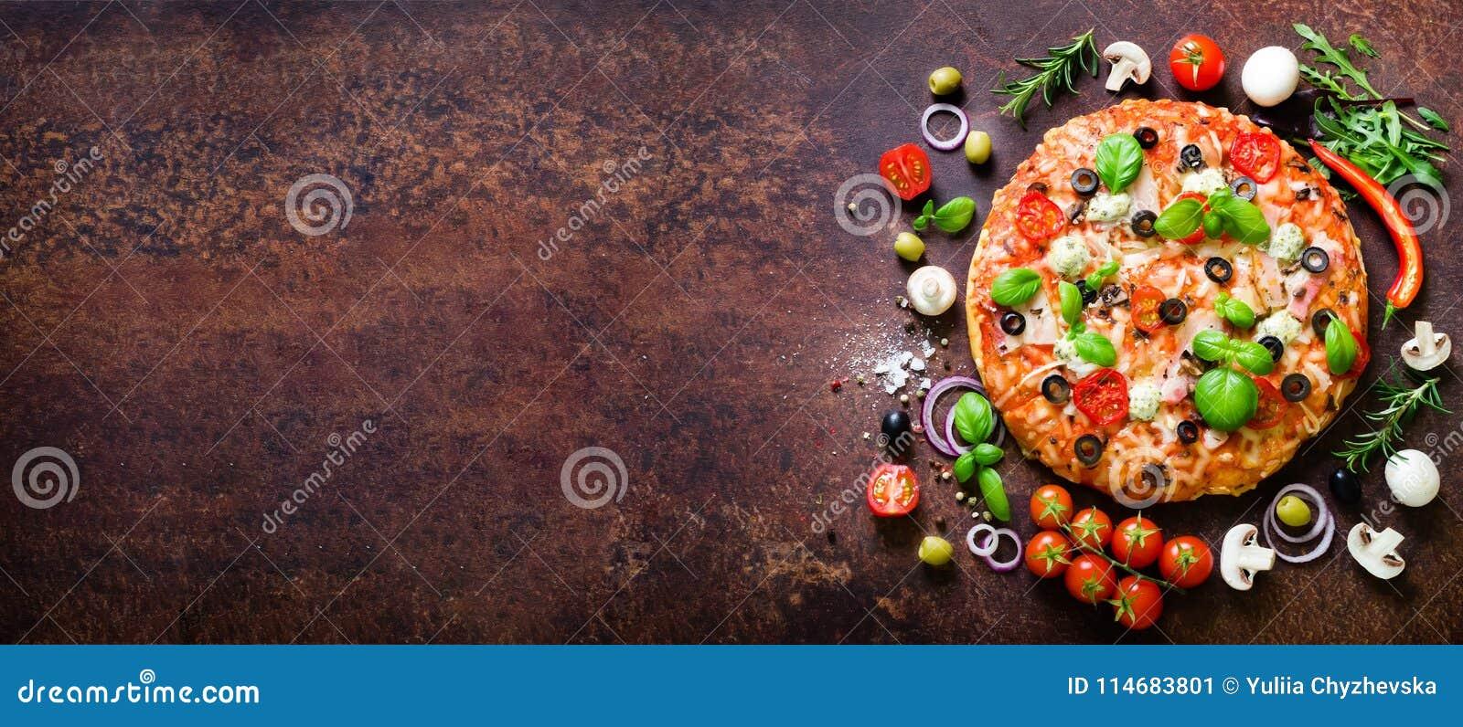 Matingredienser och kryddor för att laga mat läcker italiensk pizza Champinjoner tomater, ost, lök, olja, peppar som är salt