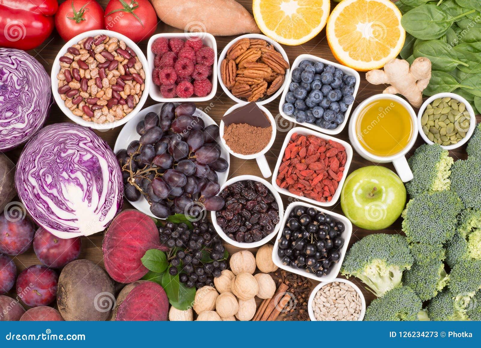 Matkällor av naturliga antioxidants liksom frukter, grönsaker, muttrar och kakaopulver