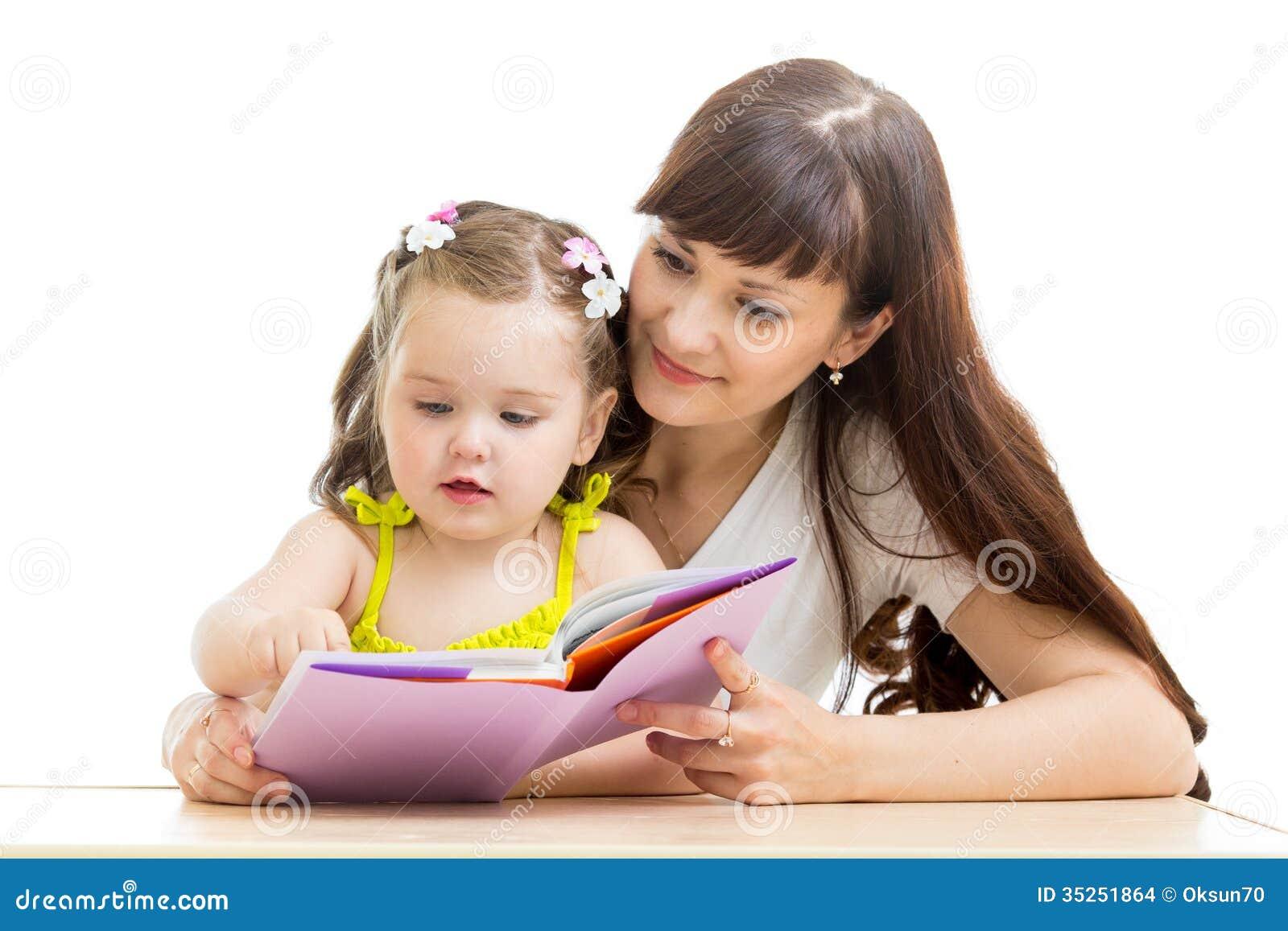 Matka czyta książkę jej dzieciak