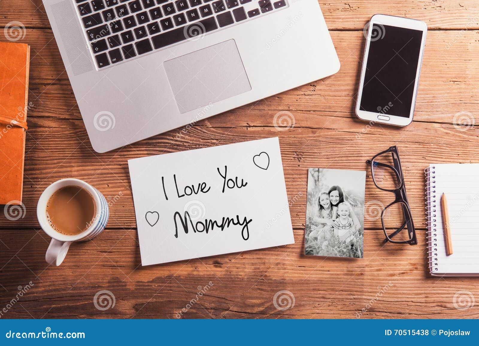 Matka dnia skład pięknego czarny brunetki klasycznego dziewczyny splendoru przyglądający fotografii portreta pozy biel ty księgow