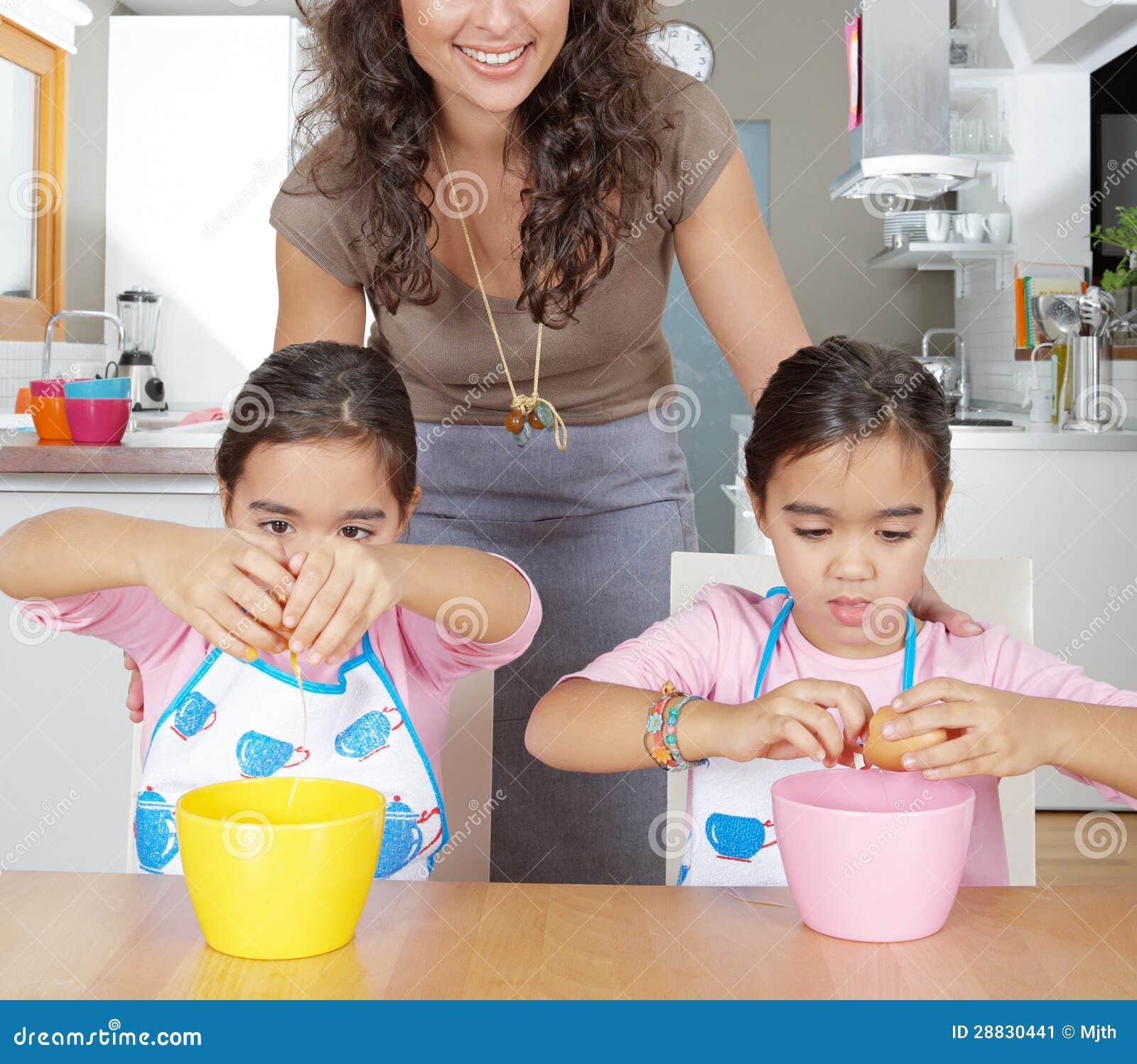 Matka I Bliźniacy Bije Jajka W Kuchni Obraz Stock Obraz