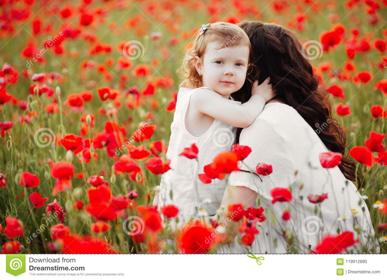 Matka i córka bawić się w kwiatu polu