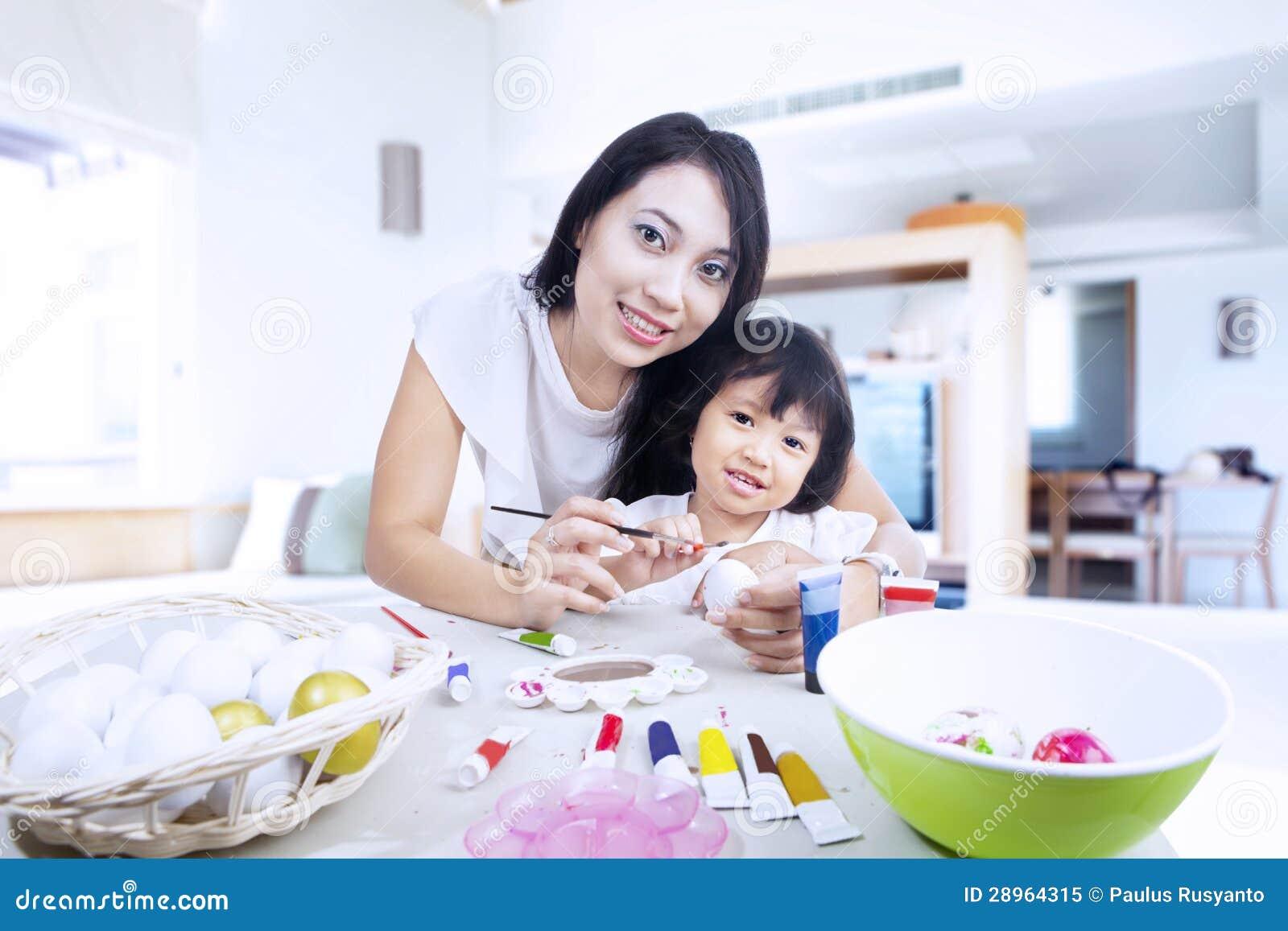 Matka i córka malujemy Easter jajka w domu
