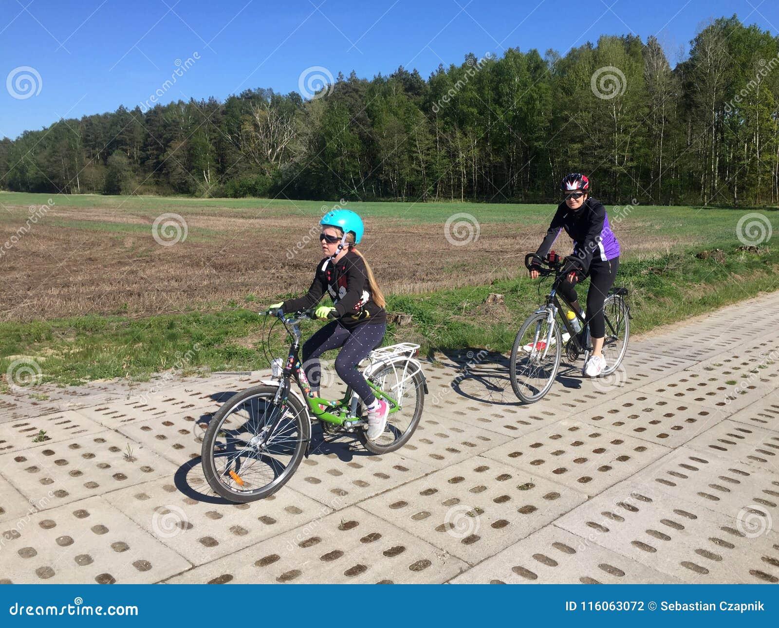 Matka i córka na bicyklach
