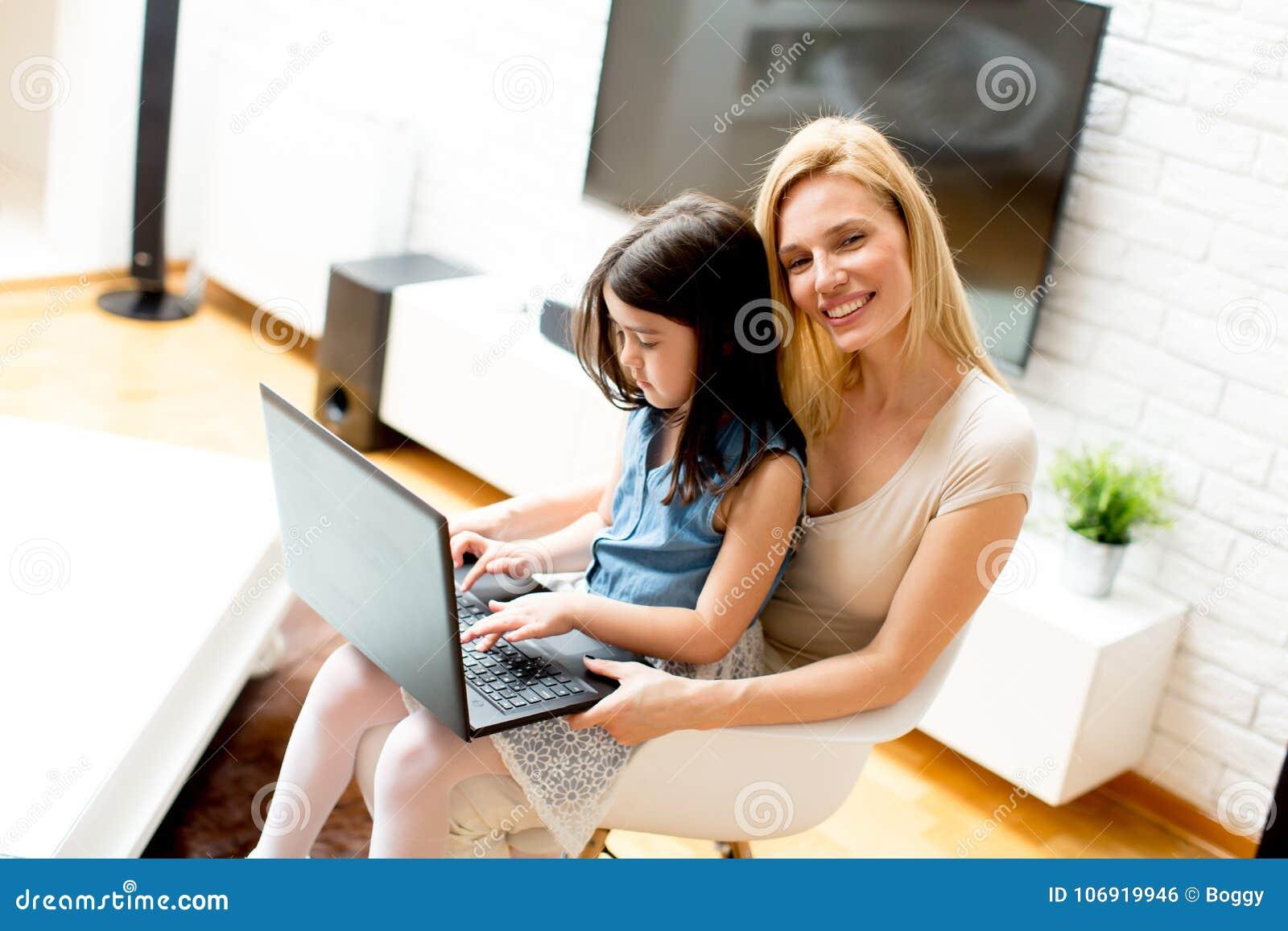 Matka i córka wraz z laptopem