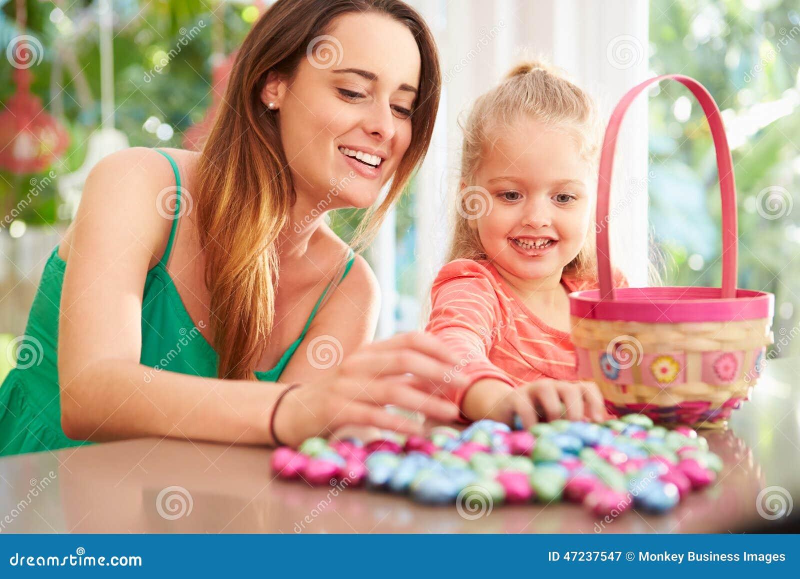 Matka I córka Z Czekoladowymi Wielkanocnymi jajkami I koszem