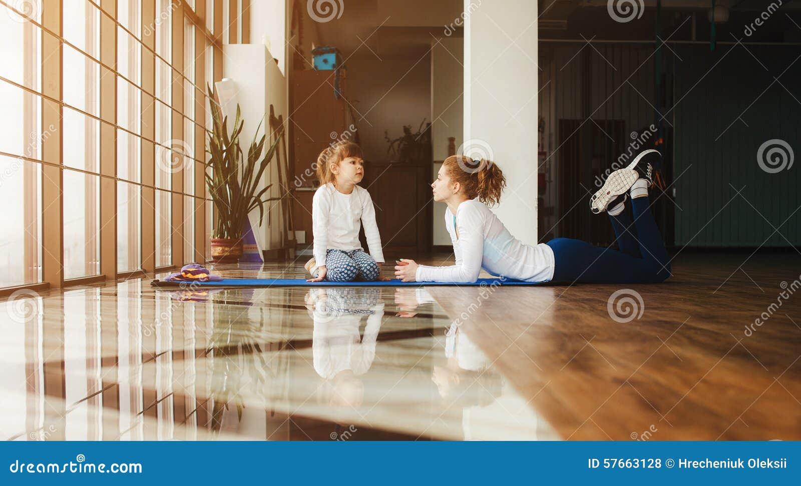 Matka i córka zabawę w gym