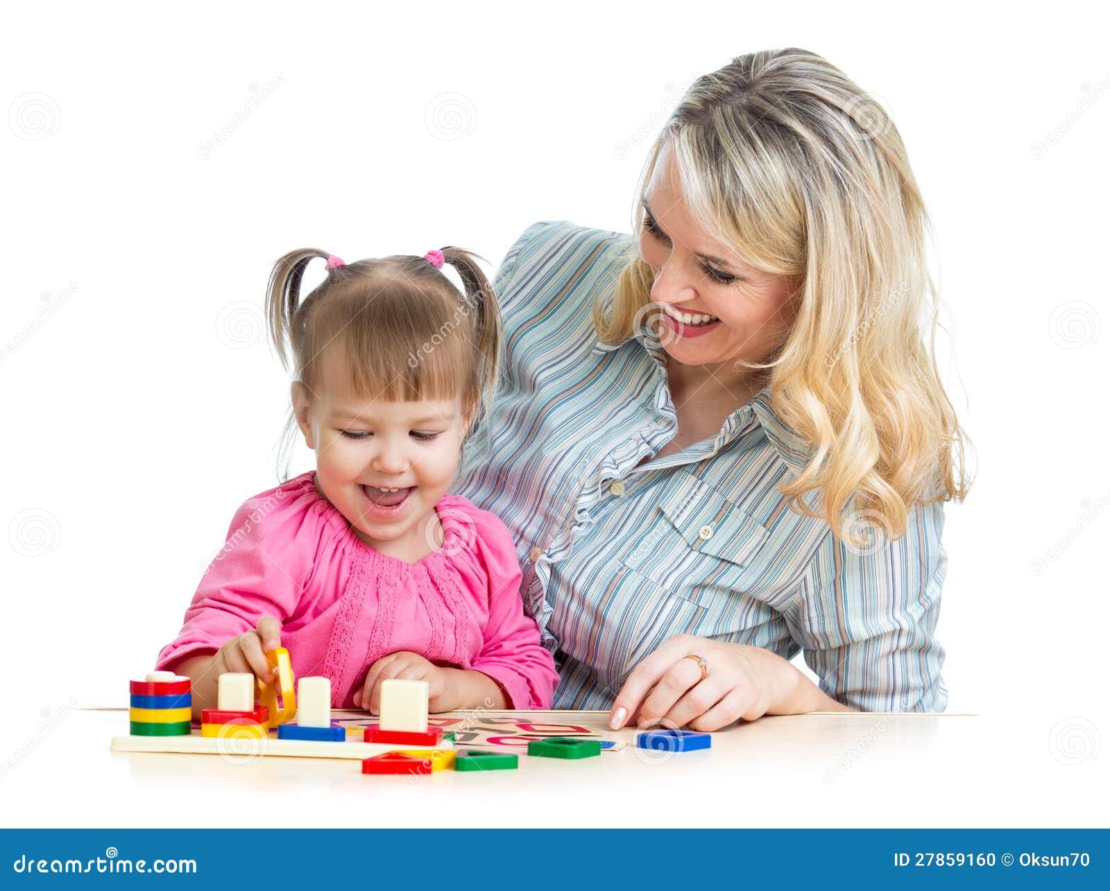 Matka i dzieci bawią się z kolorową łamigłówki zabawką