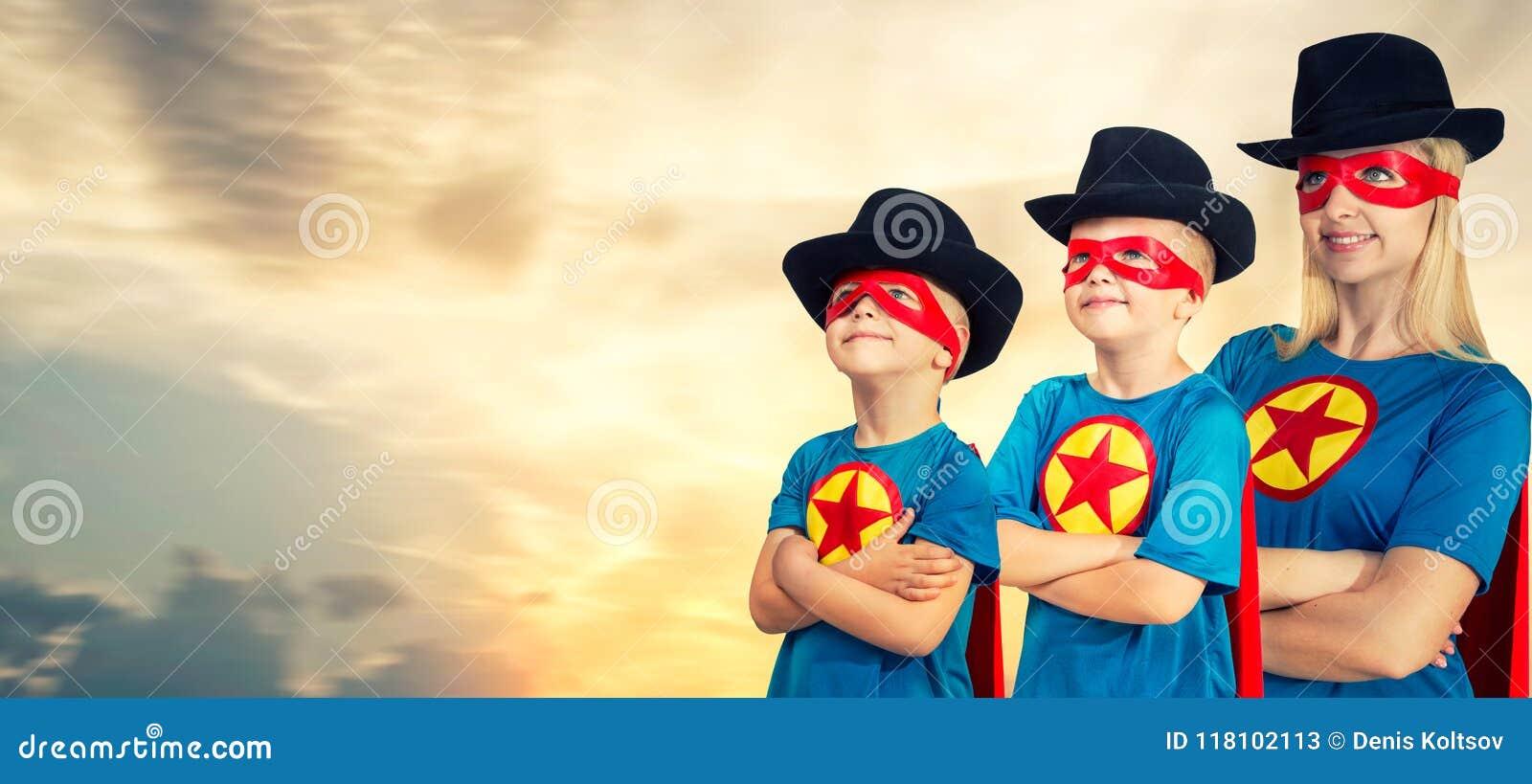 Matka i dzieci w bohaterów kostiumach
