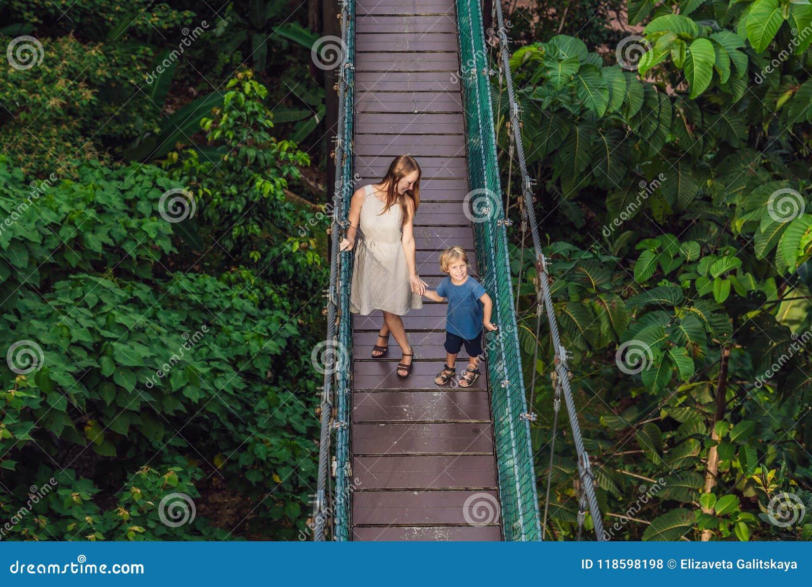Matka i syn przy zawieszenie mostem w Kuala Lumpur, Malaysi