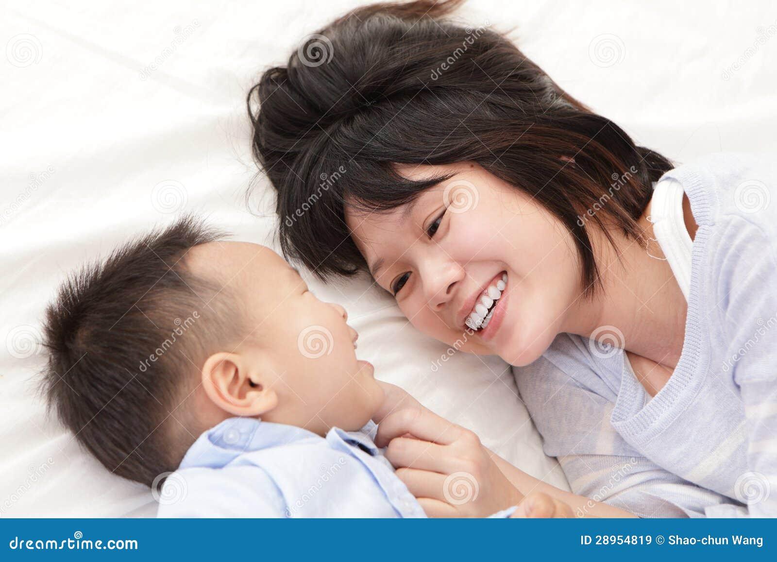 Matka i syn uśmiechamy się each i patrzejemy inny