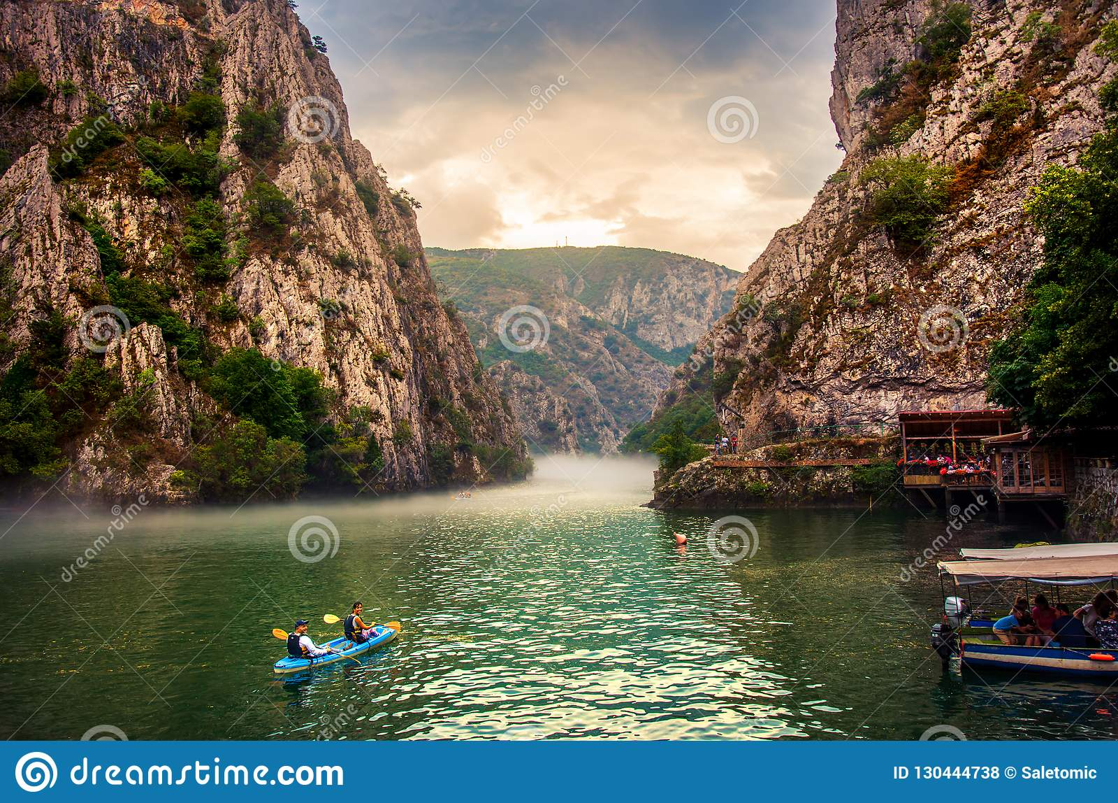 Matka, Mazedonien - 26. August 2018: Schlucht Matka nahe Skopje mit den Leuten, die nebelige Landschaft Kayak fahren und überrasc